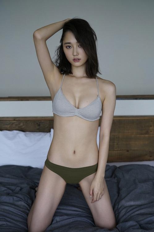 前,日本模特铃木友菜一组内衣写真曝光,眼神清澈笑容甜美身材火辣.
