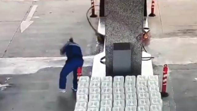 司机加油中途突然开车 油枪反弹打伤加油员