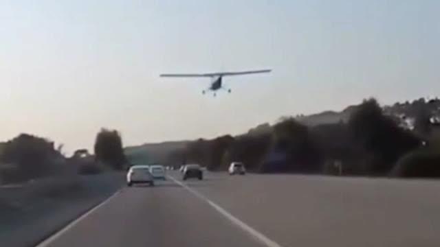 """飞机燃油管断裂紧急迫降公路 路人惊呼10声""""我的天"""""""