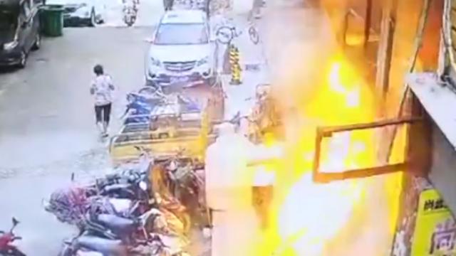 江西:餐馆爆燃喷出巨大火舌,4人被烧伤