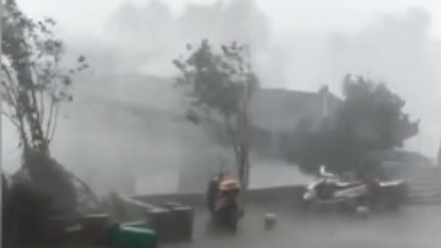 福建一廊桥风雨中碎成渣 官方:整体网购安装