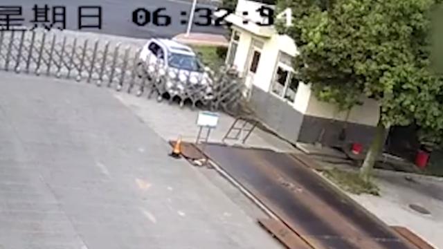 安徽:司机下车没拉手刹,小车撞开大门冲向墙