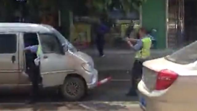 广西:无牌车辆强行冲卡,警察开枪逼停