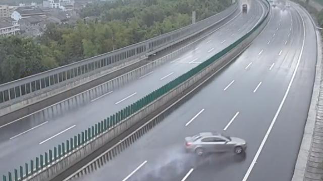 浙江:宝马高速遇积水不减速,漂移百米后撞毁