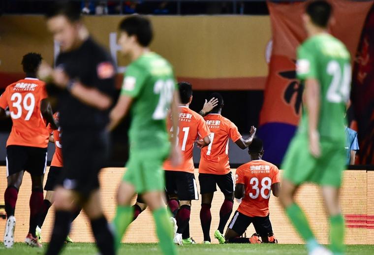 火爆!北京德比场边互殴 6黄1红!裁判比球员还忙
