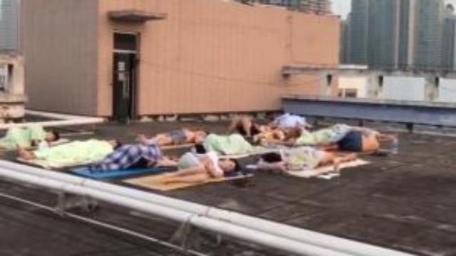 宿舍没风扇空调 河南一高校学生光膀子睡天台