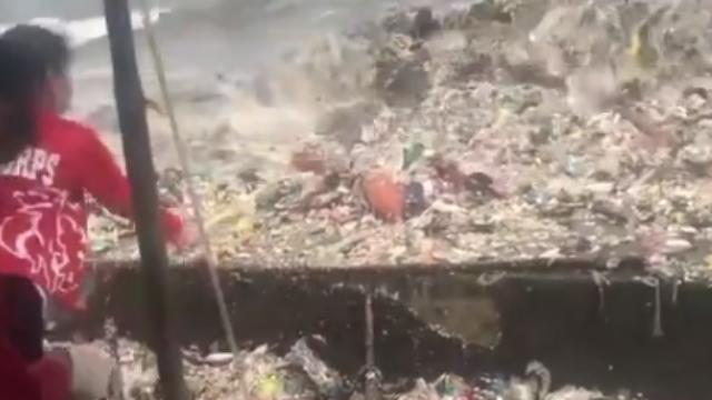 """触目惊心!菲律宾马尼拉海滩现巨型""""垃圾浪"""""""