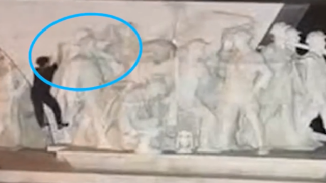 江西赣州:男子损毁红军雕塑藏起碎渣逃跑 警察怒了