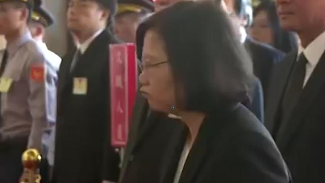 蔡英文参加军人节典礼竟疑似当众噘嘴吐口水 网友:不可思议