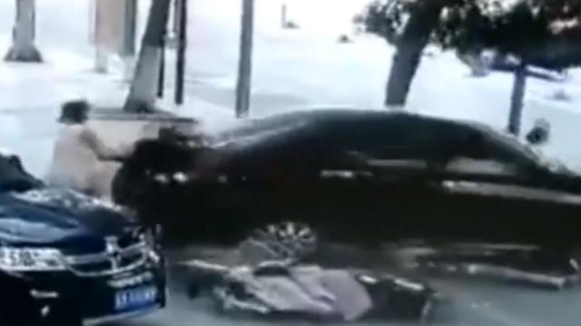 山东:女司机疯狂倒车,2女子夹缝中慌忙逃生