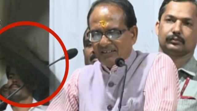 尴尬!印度官员公开演讲突然被扔鞋子