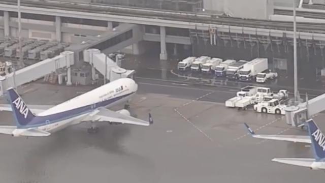 日本最强台风登陆大阪机场被淹 3000名乘客坐船转移