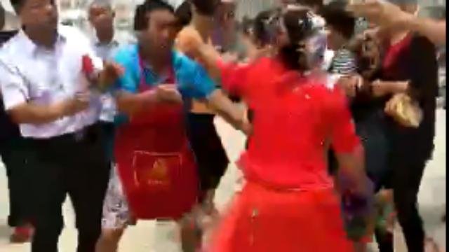 实拍婚闹现场:喇叭声中,新娘被喷白粉疯狂反击