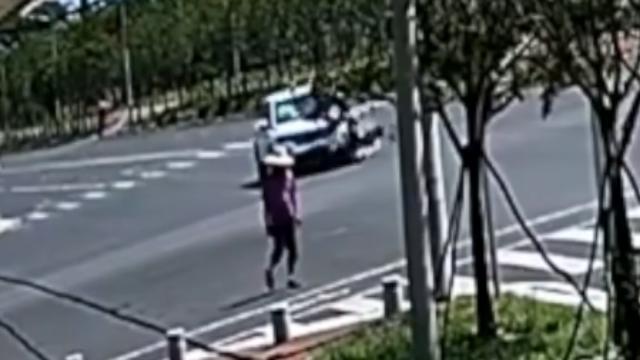 越野车撞飞摩托后再撞路人 惊险画面曝光