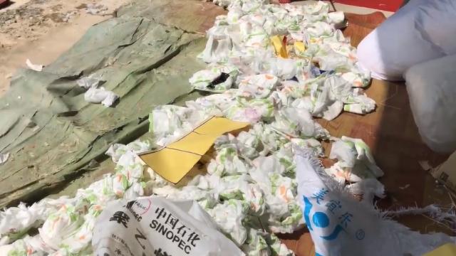 实拍拼多多热卖纸尿裤工厂 竟是厂家废品垃圾货