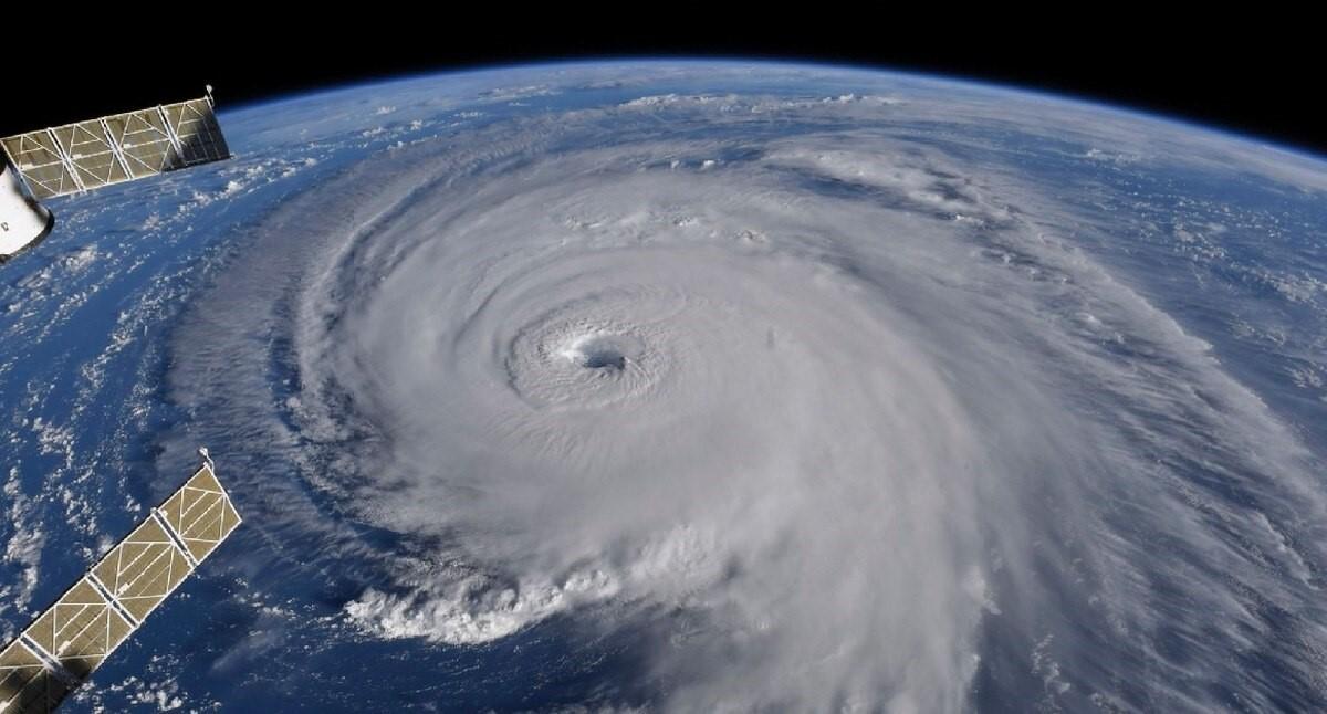 美军与飓风佛罗伦萨较量 所有船在基地抛锚并自行发电