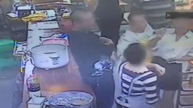 为20元折扣,女子扇店员亲友咬伤民警