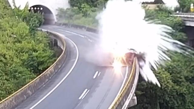 云南:大货车失控侧翻,瞬间烟雾升腾