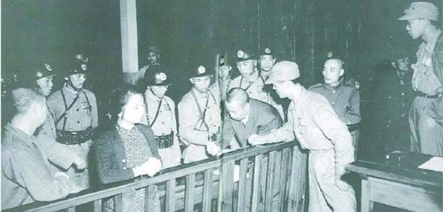 台情报人员泄密与投诚已成常态,如当年南越沦亡前夕的景象