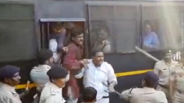 """""""你们是垃圾!""""印度反对党抗议遭警察持棍追打"""