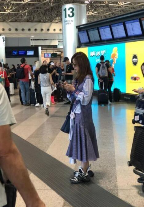 42岁赵薇近照曝光,身材苗条打扮时尚