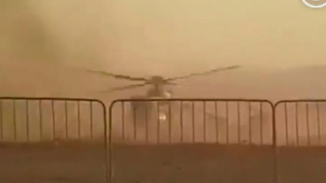 惊魂!直升机降落摔成两截 士兵连滚带爬出来训练