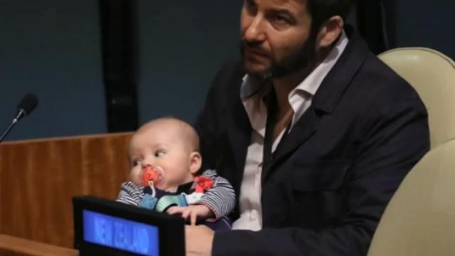 新西兰女总理带宝宝出席联大 现场换尿布震惊日本代表