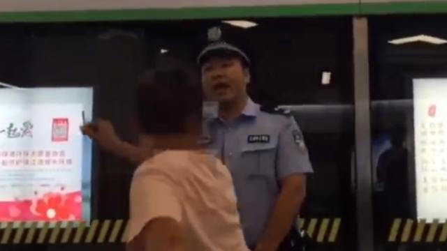 男子脚踹地铁屏蔽门拳打警察,被一招放倒