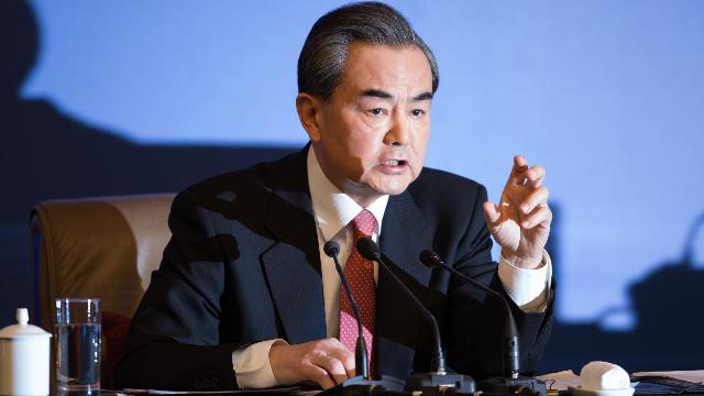 霸气!王毅当着众多美前高官的面直接开怼:中国不会重蹈美国覆辙