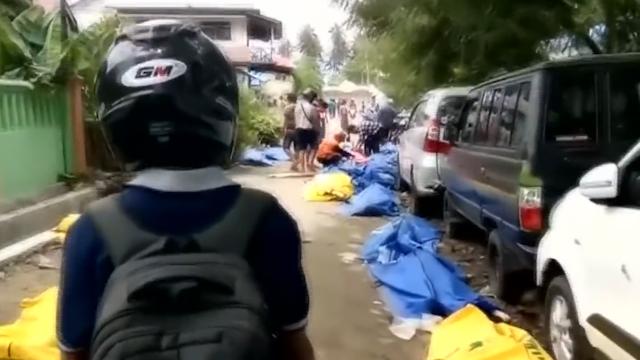 太惨了!印尼强震和海啸已致410人死亡 路边全是遇难者遗体