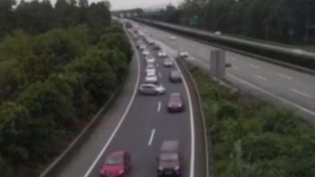 四川:车太多走不动?女司机高速路上掉头逆行