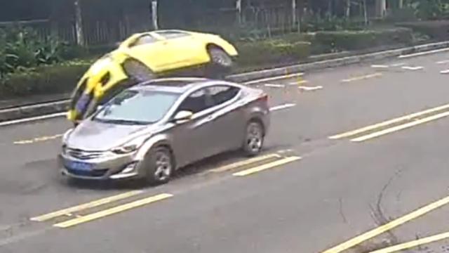 """重庆:的哥开车看风景,下一秒""""人仰马翻"""""""