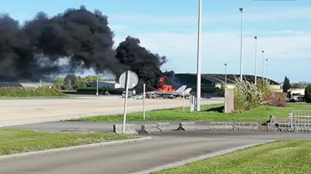 离奇!外媒曝北约一架F-16在基地内被另一架F-16开炮击毁