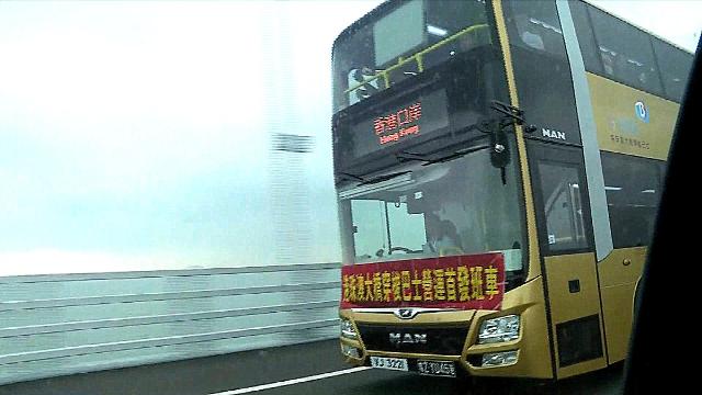 港珠澳大桥正式通车运营!现场直击:首批穿梭巴士驶上大桥