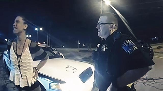 """美国警察抓贼遇""""高手""""受辱!实拍:戴手铐女贼警察面前偷走警车"""