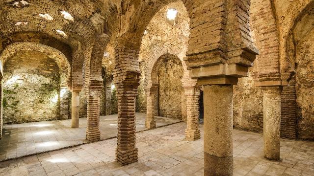 西班牙800年古迹被洪水瞬间摧毁 行车路人看呆