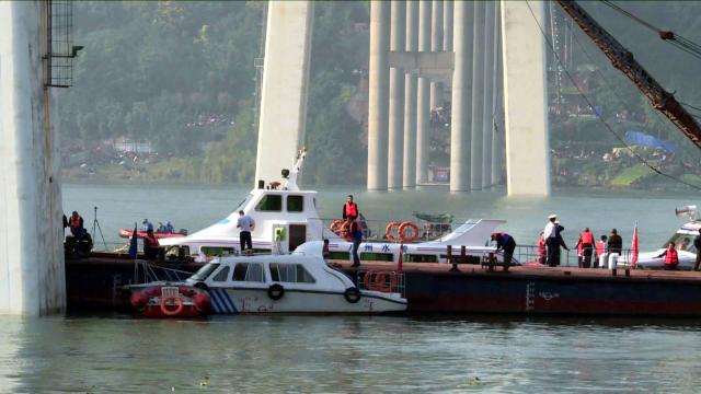 重庆公交车坠江位置初步确定!60吨浮吊准备吊起车辆