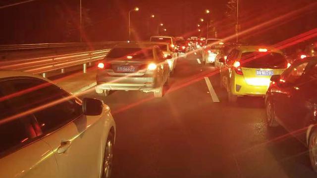 山东滨州:黄河大桥堵车 司机高呼交警在哪里