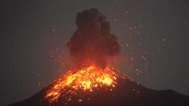 自然奇观!印尼火山喷发岩浆四射自带闪电