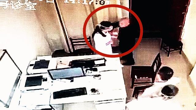 监拍:电视台主任拒挂号掌掴女医生 强行将钱塞进女医生胸口