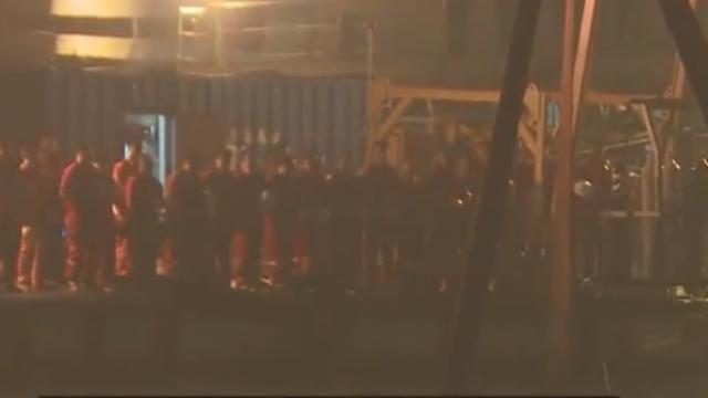 重庆坠江公交打捞出水瞬间 救援船只鸣笛致哀