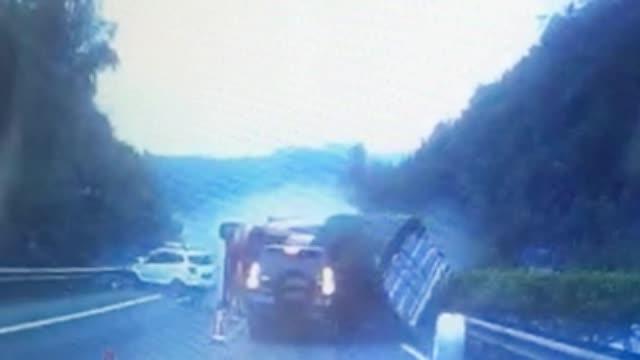 雅西高速9车相撞瞬间视频曝光 摄像车差3米被撞上