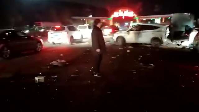 兰州高速一卡车收费站突然失控 一排数十辆车被撞遍地都是碎片