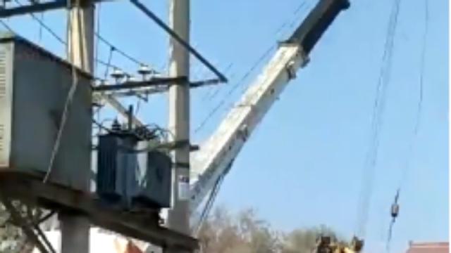 山西:重装吊车拆门楼,反被门楼一把拽翻