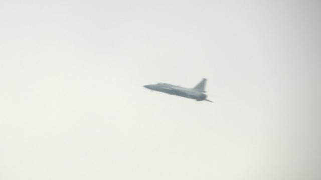 巴基斯坦飞行表演队预演 枭龙低速飞行控制力强!