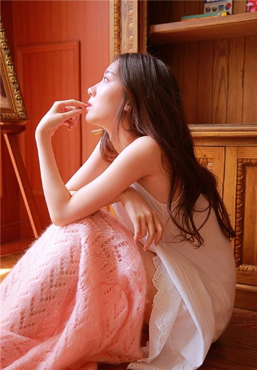吊带美女慵懒卷发精致侧颜露齿甜笑图片