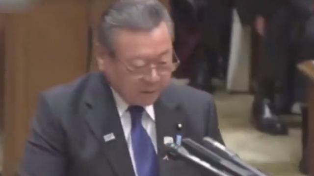 日本大臣当众出糗:不知道咋当的官,可能安倍喜欢