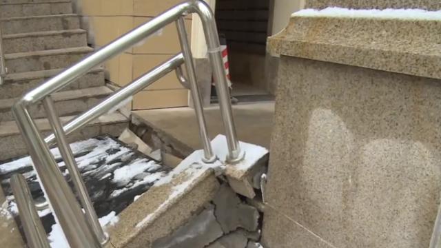 甘肃:恒大一小区交付不满3年,楼梯、地砖全塌了
