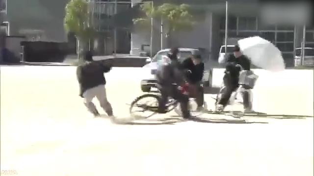 专业替身演员为日本中小学生展示自行车交通安全事故现场