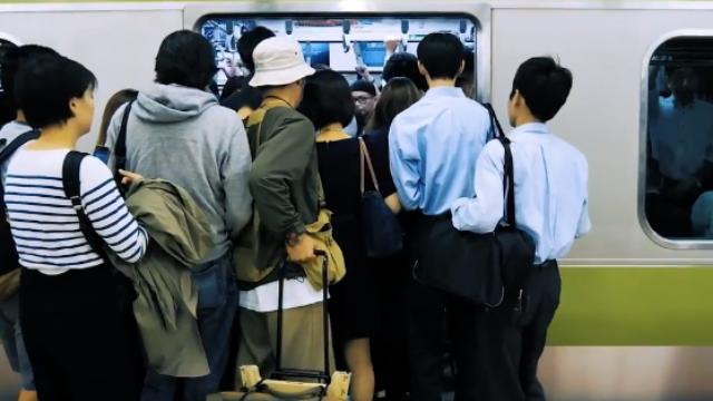 实拍东京的通勤噩梦:像被压缩的沙丁鱼